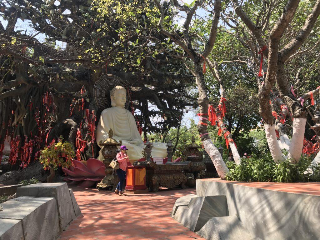 Statue in Suoi Tien